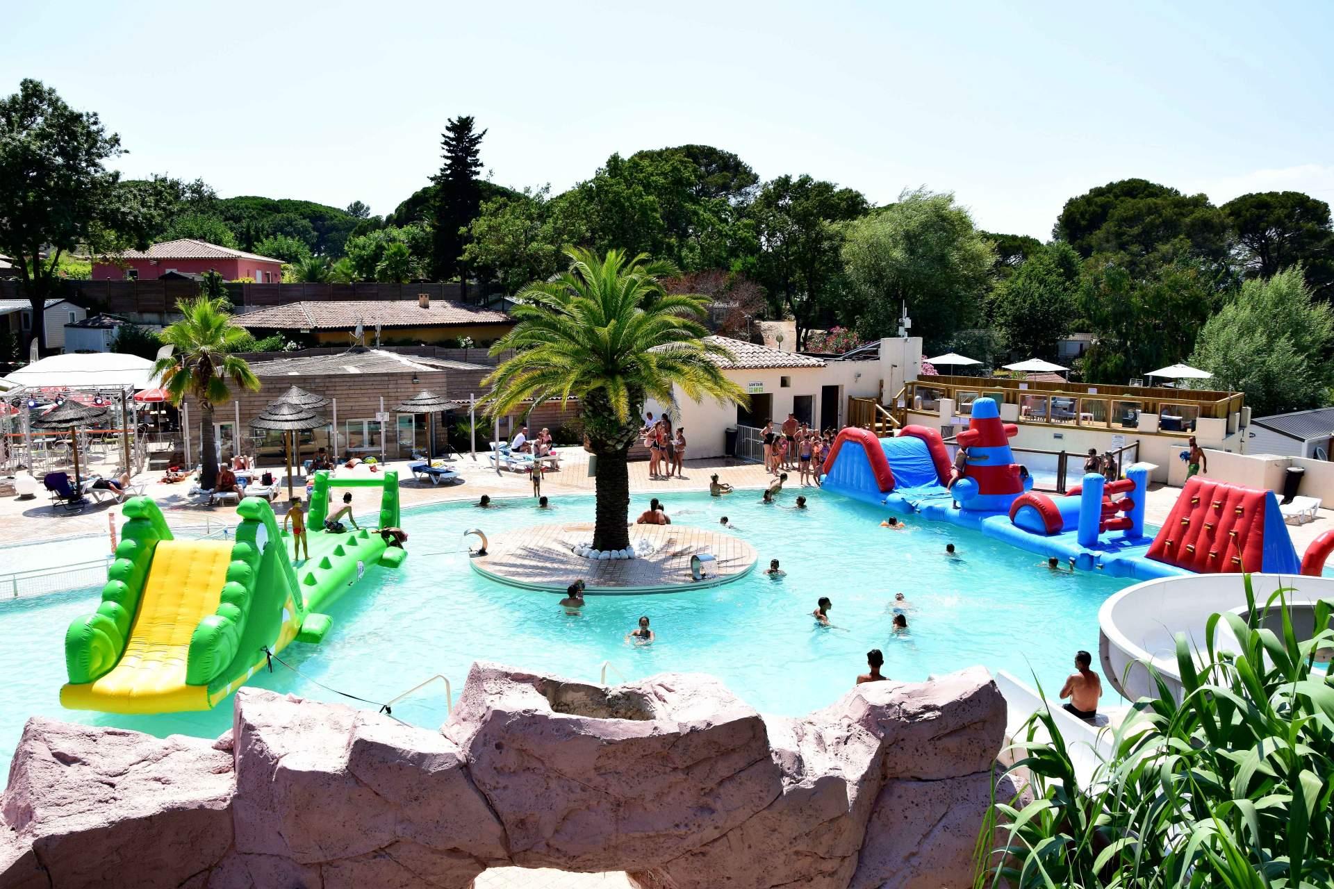 Pour plaire aux plus jeunes, la piscine du camping Site de Gorge Vent comporte des toboggans aquatiques et de belles structures gonflables.